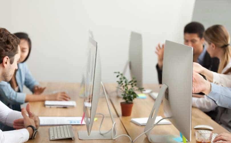 Reunião colocando automação de marketing em prática